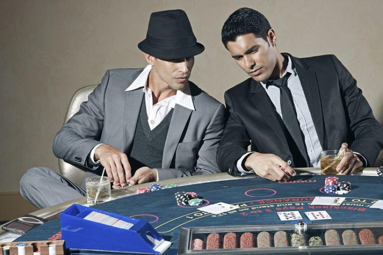 Joueurs, poker, chapeau, jetons, costume, cravate, table, cartes